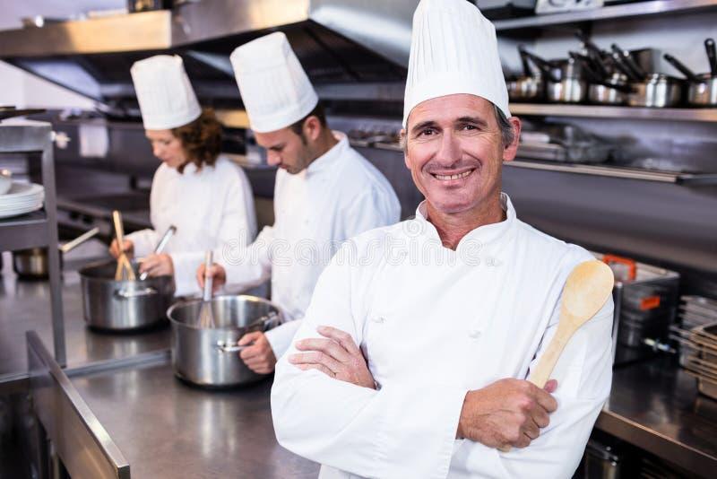 Portret van glimlachende chef-kok in commerciële keuken royalty-vrije stock fotografie