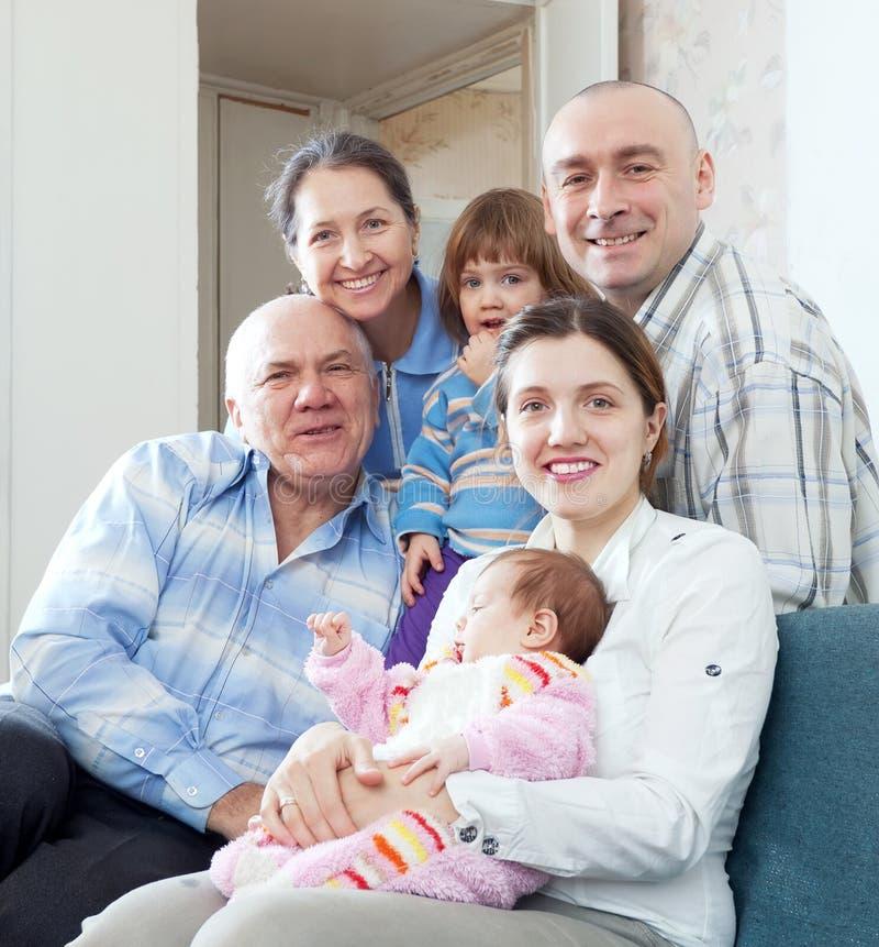 Gelukkige drie generatiesfamilie met twee kinderen stock afbeeldingen
