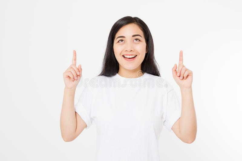 Portret van glimlachende jonge Aziatische vrouw die de zomert-shirt dragen die op exemplaarruimte door vinger richten die op witt royalty-vrije stock fotografie