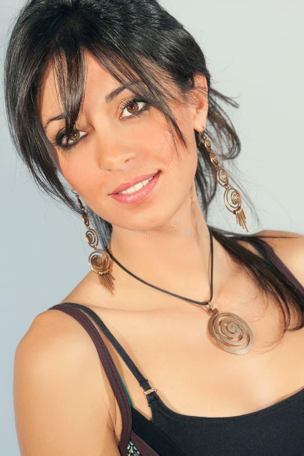 Portret van glimlachende jonge mooie vrouw serene stock afbeelding