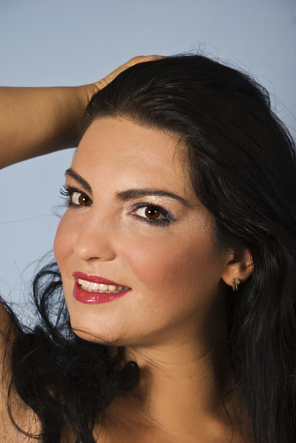 Portret van glimlachende jonge vrouw royalty-vrije stock foto's