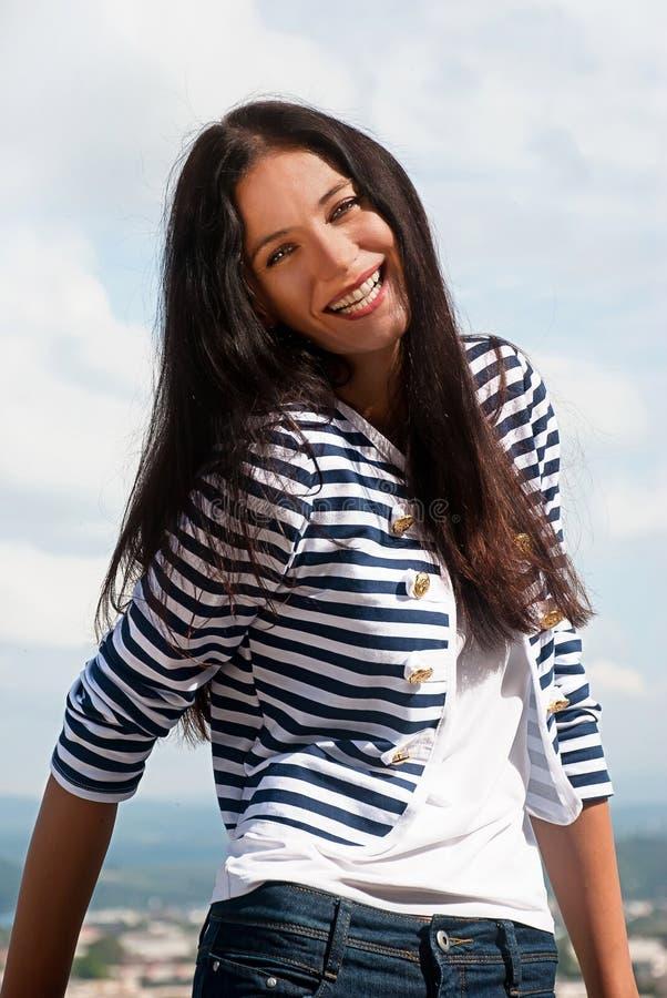 Portret van glimlachende jonge vrouw stock foto's