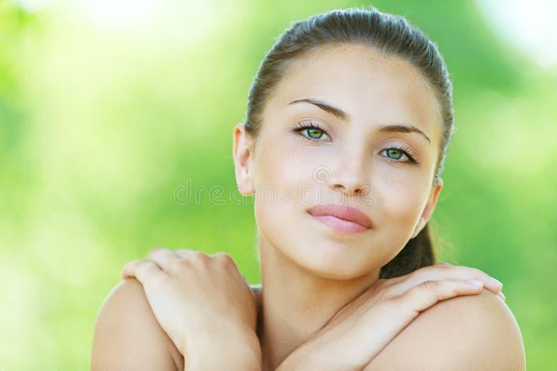 Portret van glimlachende jonge vrouw royalty-vrije stock fotografie