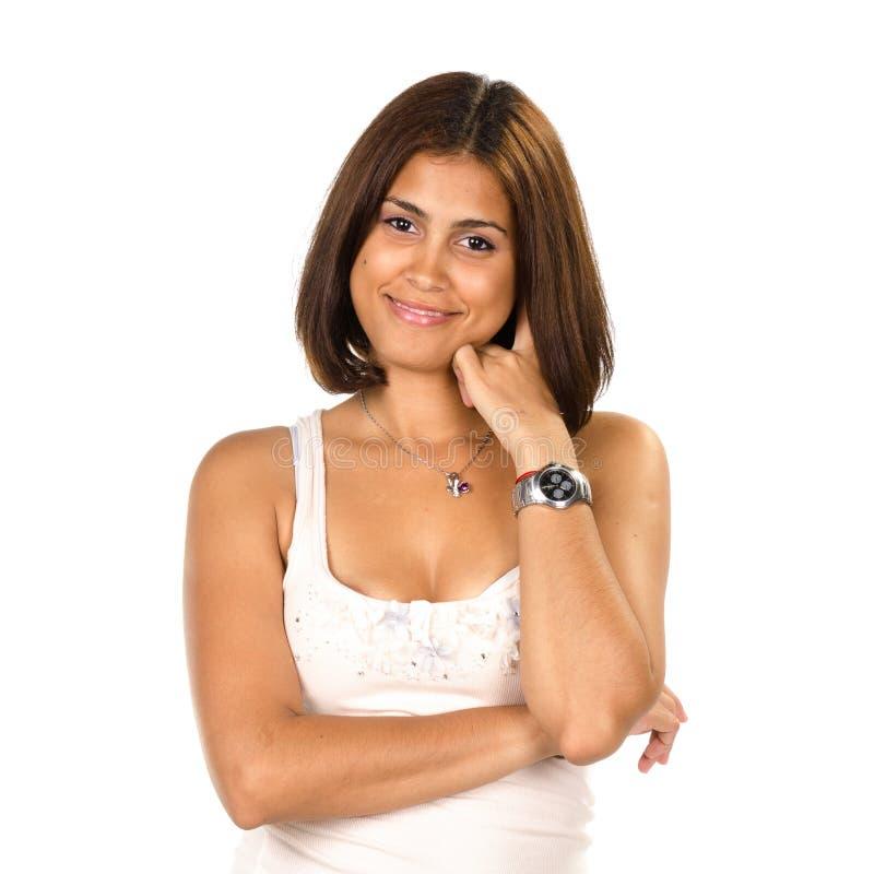 Portret van glimlachende jonge vrouw met hand op kin royalty-vrije stock foto