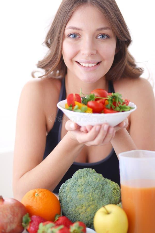 Download Portret Van Glimlachende Jonge Vrouw Met Vegetarische Plantaardige Salade Stock Foto - Afbeelding bestaande uit anti, mensen: 107702232