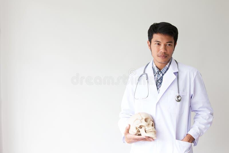 Portret van glimlachende mannelijke arts Vriendschappelijke jonge mens arts met een stethoscoop rond op hals Aziatische mensen royalty-vrije stock fotografie