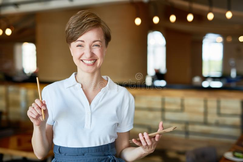 Portret van Glimlachende Mooie Serveerster stock foto