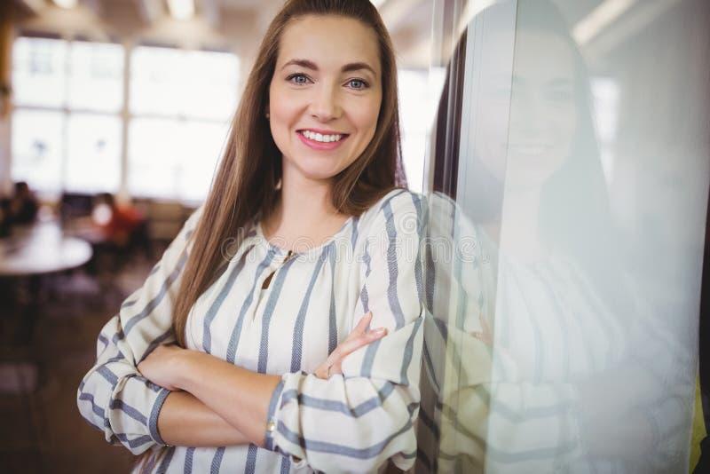 Portret van glimlachende onderneemster in bureaucafetaria stock afbeelding