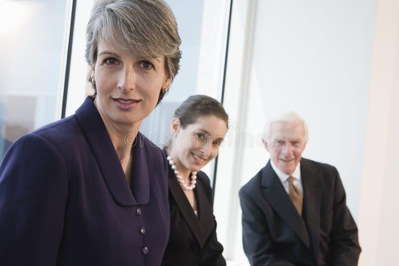Portret van glimlachende onderneemster in een vergadering. stock afbeeldingen