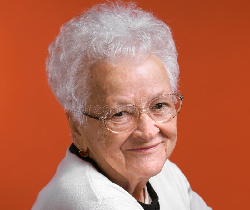 Portret van glimlachende oude vrouw stock fotografie