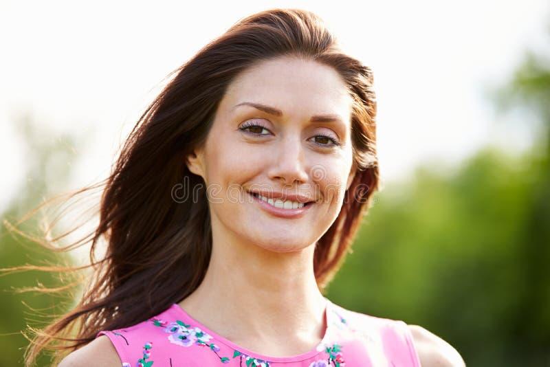 Portret van Glimlachende Spaanse Vrouw in Platteland royalty-vrije stock afbeelding