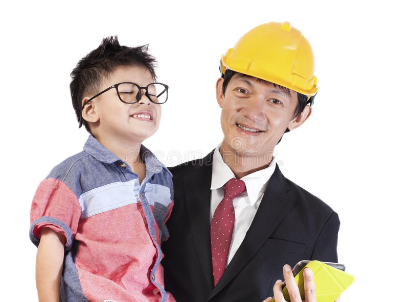 Portret van glimlachende vader dragende baby op witte achtergrond Asi royalty-vrije stock foto's