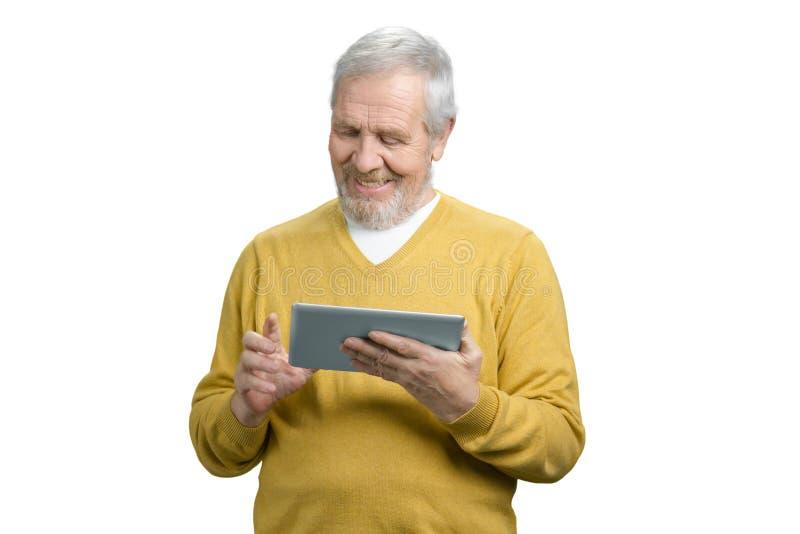 Portret van glimlachende vrolijke opa die tablet onttrekken stock afbeeldingen