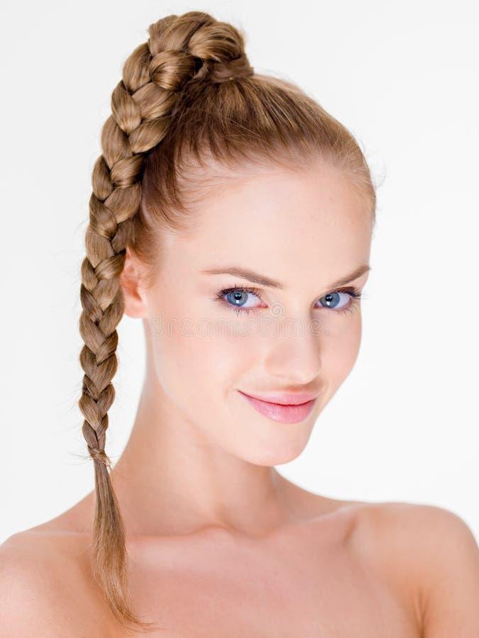 Portret van Glimlachende Vrouw met Gevlecht Haar stock foto's
