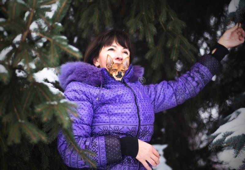 Portret van glimlachende vrouw met Russisch Stuk speelgoed in wapens royalty-vrije stock afbeelding