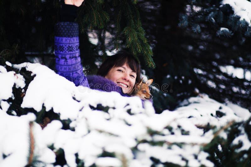 Portret van glimlachende vrouw met Russisch Stuk speelgoed in wapens stock fotografie
