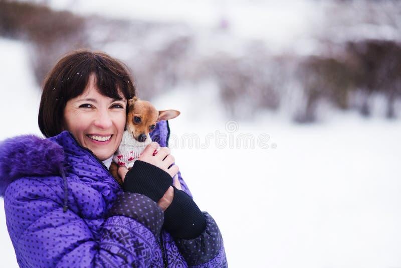Portret van glimlachende vrouw met Russisch Stuk speelgoed in wapens stock afbeeldingen