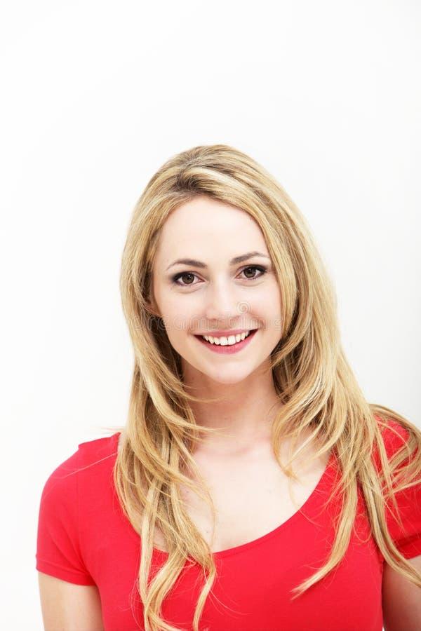 Portret van glimlachende vrouw in rood overhemd royalty-vrije stock foto's