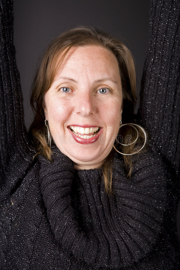 Portret van Glimlachende Vrouw in Zwarte stock foto