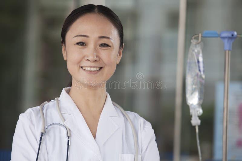 Portret van glimlachende vrouwelijke arts buiten het ziekenhuis royalty-vrije stock foto's