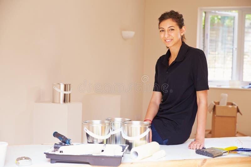 Portret van glimlachende vrouwelijke decorateur royalty-vrije stock foto's