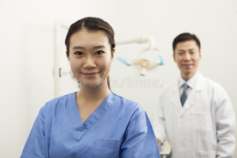 Portret van Glimlachende Vrouwelijke Tandmedewerker in Kliniek stock foto's
