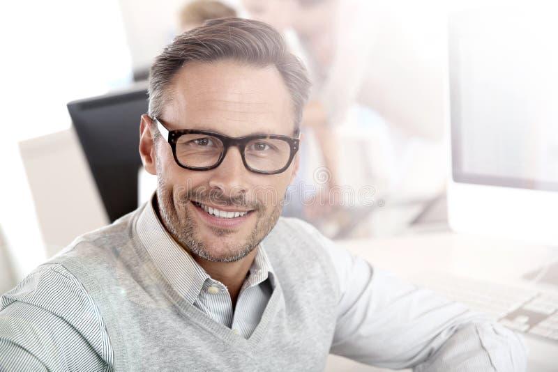 Portret van glimlachende zakenman op het werk stock foto