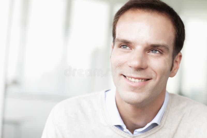 Portret van glimlachende zakenman in toevallige kleding die weg eruit zien stock fotografie