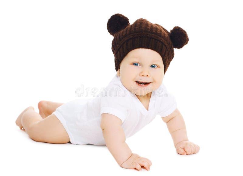 Portret van glimlachende zoete baby in bruine gebreide hoed met oren stock foto