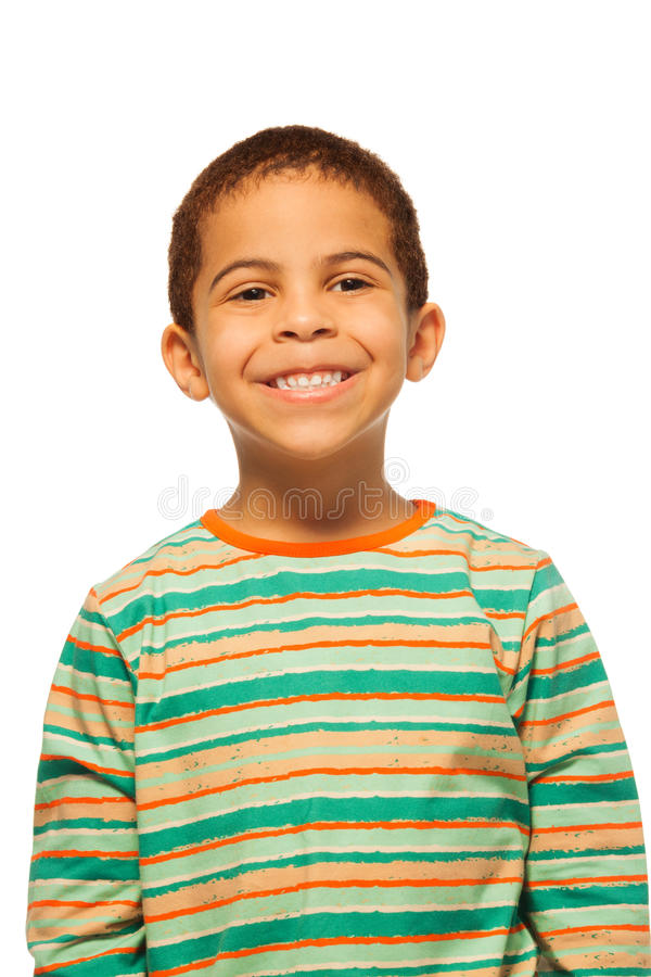 Portret van glimlachende zwarte jongen stock afbeeldingen