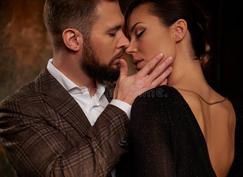 Portret van goed-gekleed paar in uitdrukking van gevoel stock afbeelding
