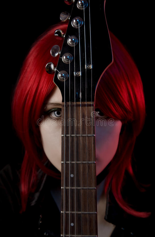 Portret van gotisch meisje met gitaar royalty-vrije stock foto's