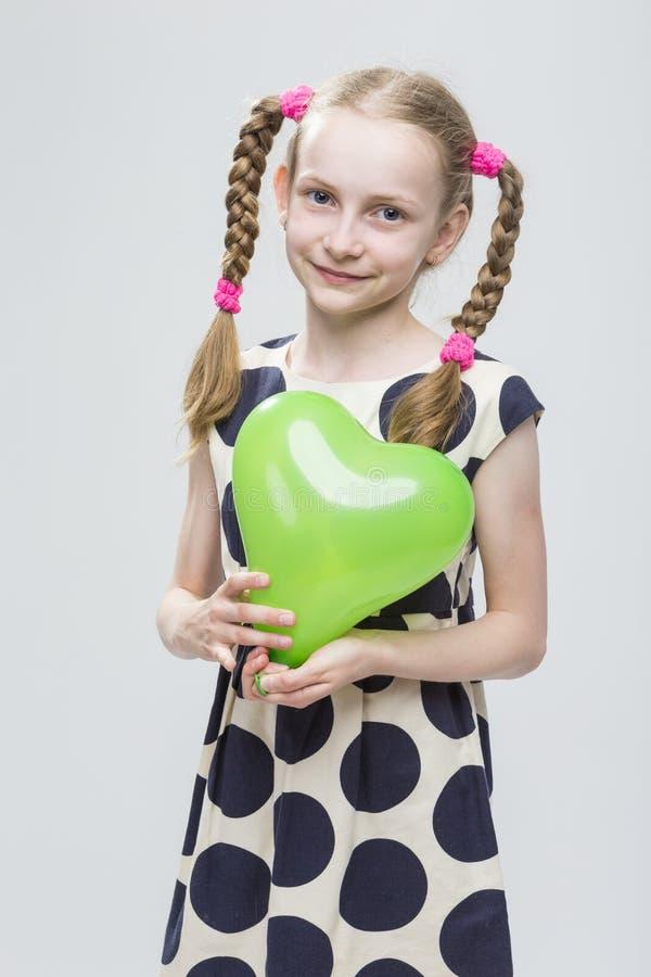 Portret van Grappig Kaukasisch Blond Meisje met Vlechten die in Polka Dot Dress stellen royalty-vrije stock foto's