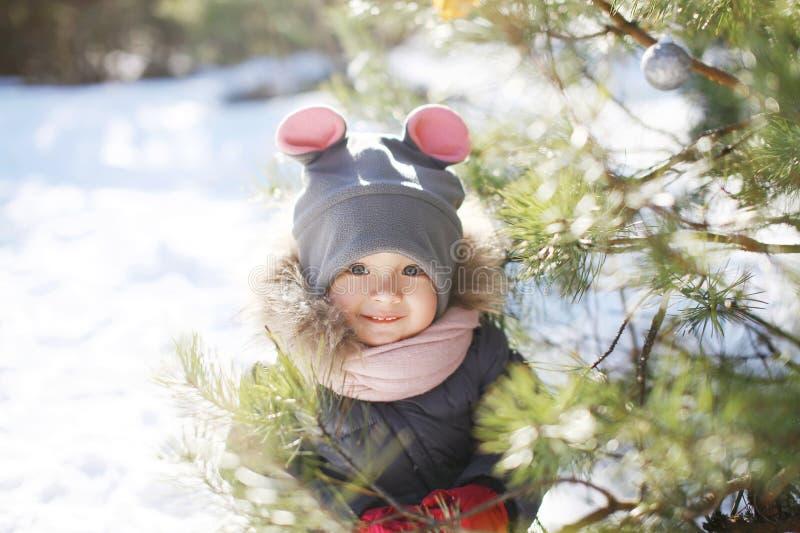 Portret van grappig kind dichtbij Kerstmisboom in de winter stock afbeeldingen