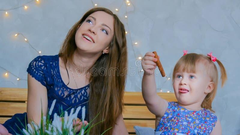 Portret van grappig meisje en haar moeder thuis royalty-vrije stock fotografie