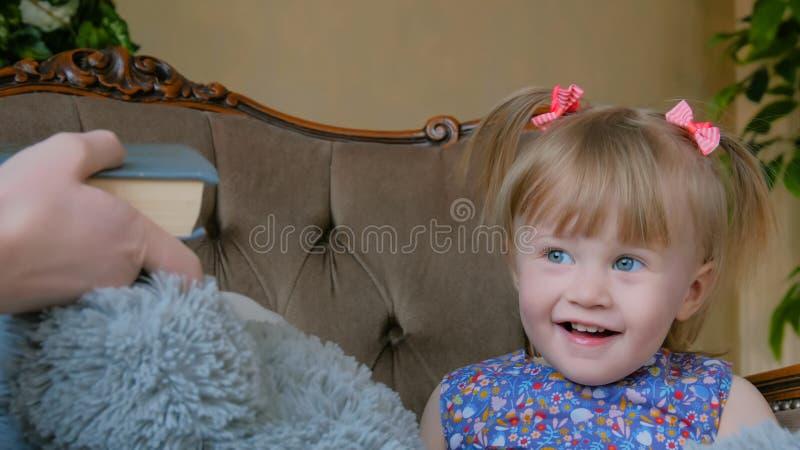 Portret van grappig meisje thuis royalty-vrije stock afbeelding