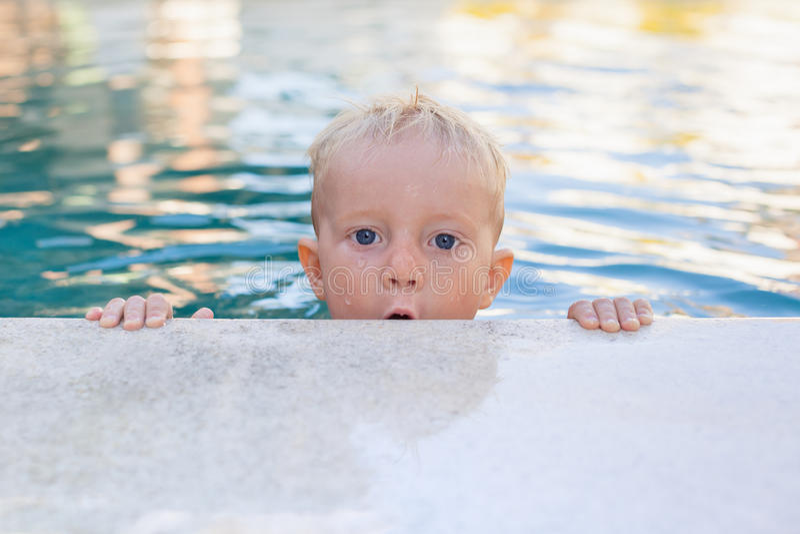 Portret van grappig weinig babyjongen in zwembad royalty-vrije stock fotografie