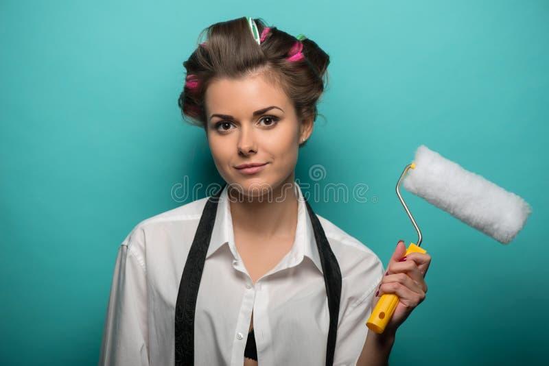 Portret van grappige leuke donkerbruine vrouw in haar royalty-vrije stock afbeelding