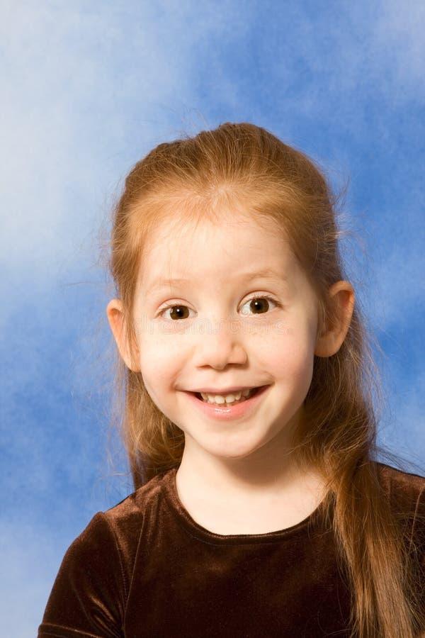 Portret van grimassen trekkend grappig redhead jong meisje royalty-vrije stock foto's