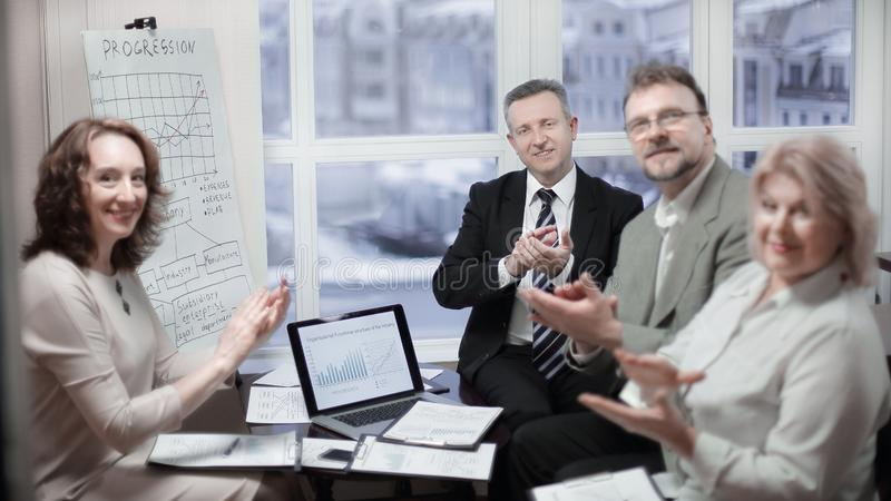 Portret van groep bedrijfsmensen die spreker toejuichen, stock fotografie