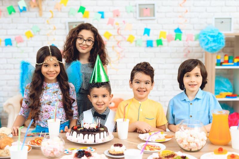 Portret van groep blije kinderen bij verjaardagspartij Kinderen bij feestelijke lijst royalty-vrije stock foto's