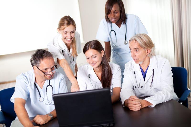 Portret van groep glimlachende het ziekenhuiscollega's royalty-vrije stock afbeeldingen