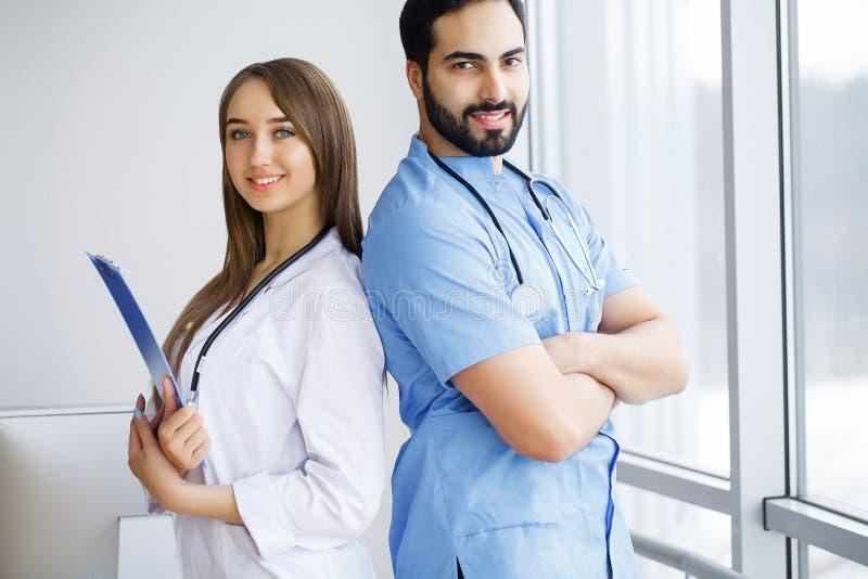 Portret van groep glimlachende het ziekenhuiscollega's die togeth bevinden zich royalty-vrije stock afbeeldingen