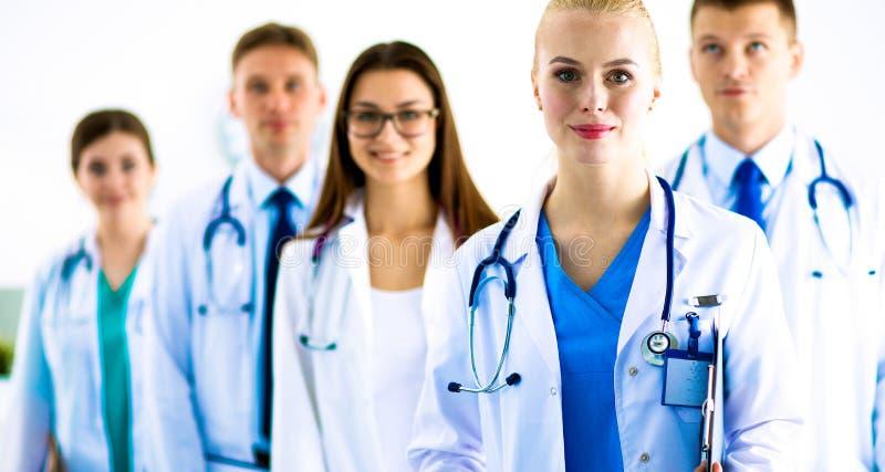 Portret van groep glimlachende het ziekenhuiscollega's die zich verenigen stock afbeelding