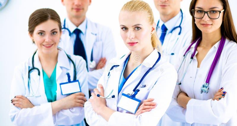 Portret van groep glimlachende het ziekenhuiscollega's die zich verenigen royalty-vrije stock foto's
