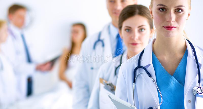 Portret van groep glimlachende het ziekenhuiscollega's die zich verenigen stock afbeeldingen
