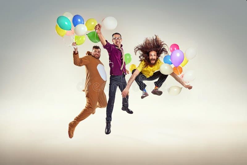 Portret van groep grappige vrienden op een partij stock foto