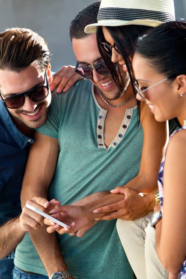 Portret van groep vrienden die pret met smartphones hebben royalty-vrije stock foto