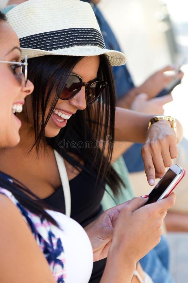 Portret van groep vrienden die pret met smartphones hebben royalty-vrije stock foto's