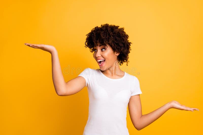 Portret van haar kopieert zij aardig mooi aantrekkelijk vrolijk blij gek optimistisch wavy-haired meisje die twee palmen houden l royalty-vrije stock afbeeldingen